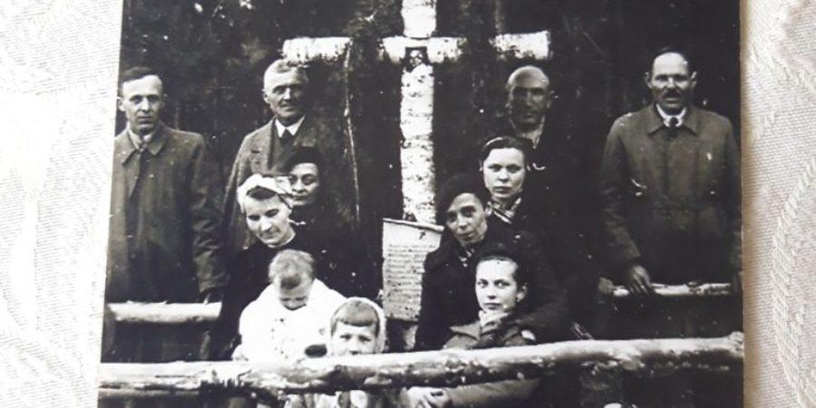 Zdjęcie z mogiły w lesie Unińskim
